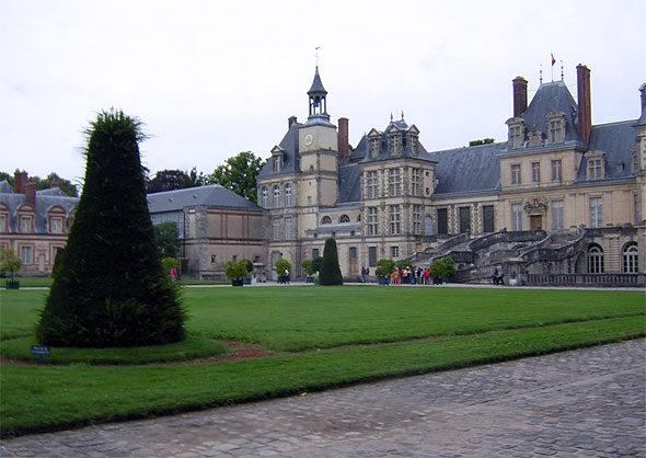Вид на дворец Фонтенбло из парка