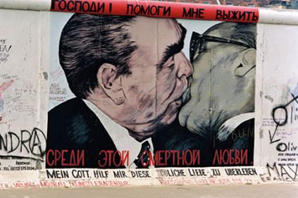 В Париже выставили на продажу обломки Берлинской стены